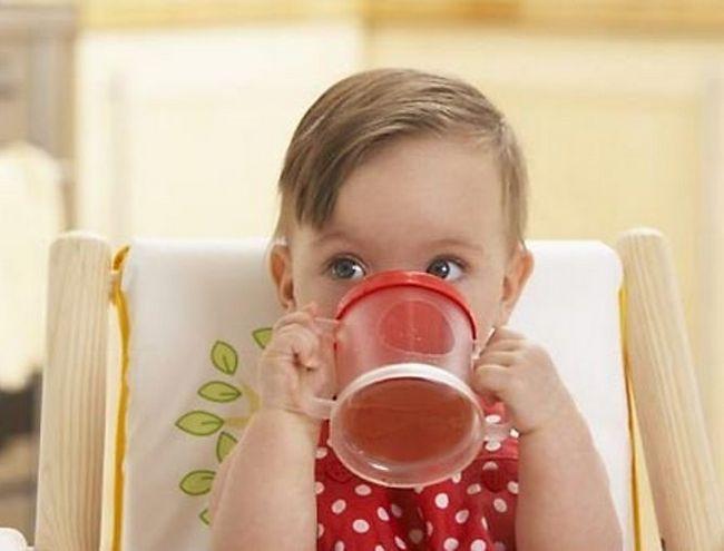 Как научить ребенка пить из кружки