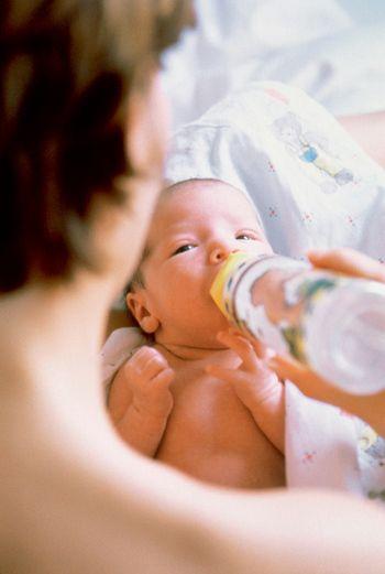 Как поить новорожденного