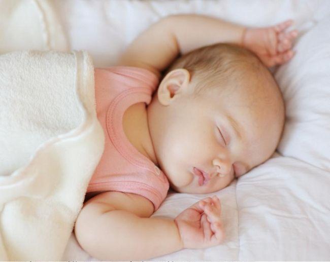 Как приучить малыша спать в своей кроватке