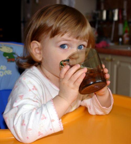 Как приучить пить из чашки