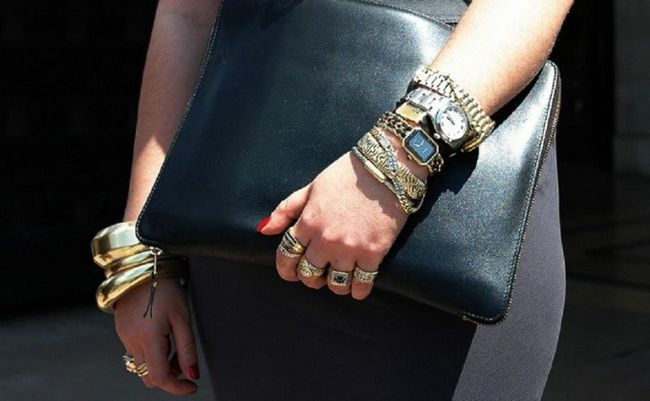 Как сочетать драгоценные женские кольца с простыми украшениями