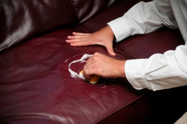 Как вывести пятно с кожаного дивана