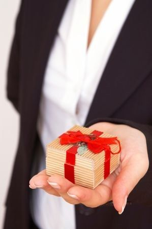 Неприличный подарок, или что не стоит дарить, доверяя приметам