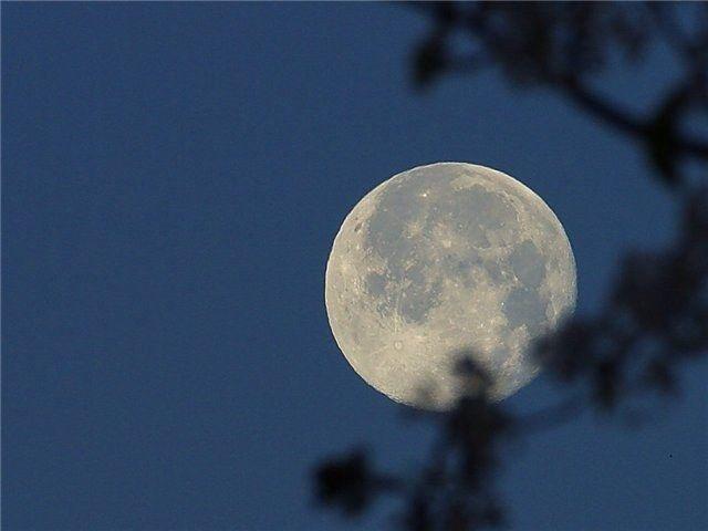 Почему днем видна луна