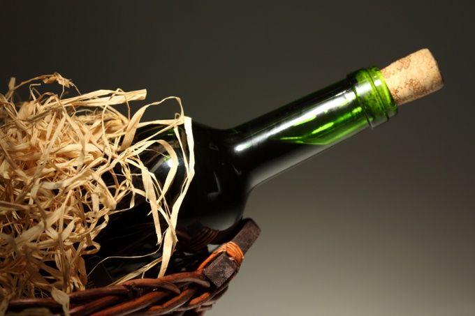 Как открывать бутылку вина без штопора