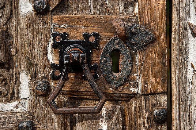 Как установить замки в двери